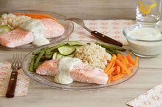 Como ya he comentado en otras ocasiones mi pescado favorito es el salmón junto con el atún y al menos lo como 2 días a la semana. Una de las receta que más me gusta es ésta, porque es muy fácil, rápida de hacer, es plato único y está riquísima: «Salmón con arroz integral y verduras con salsa de eneldo». El salmón, las verduras y el arroz integral se preparan a la vez y solo en 20 minutos. La salsa se hace en solo 15 segundos y no necesitamos lavar el vaso entre una preparación y la otra. Así… Flan, Fresh Rolls, Cobb Salad, Salmon, Chicken, Ethnic Recipes, Vase, Tuna Cakes, Cake Recipes