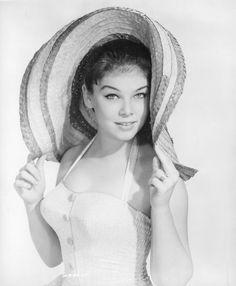 Yvonne Craig - Yvonne Joyce Craig (Born: May 1937 - Died: August was a French-American ballet dancer and actress best known for her role as Batgirl from the TV series Batman, and as the Orion Marta in the Star Trek: The Original S Yvonne Craig, Yvonne De Carlo, Classic Actresses, Hot Actresses, Beautiful Actresses, Hollywood Actresses, Marylin Monroe, Vintage Hollywood, Classic Hollywood