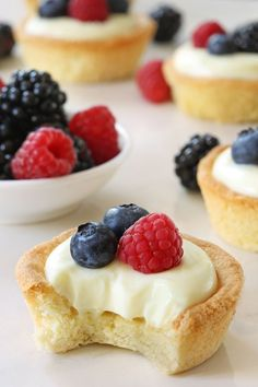 Berry Cookie Cups have a sweet cookie crust and delicious white chocolate cream cheese filling. Fresh, ripe berries make them a delicious dessert for summer. Recipe contains gluten-free option. Mini Desserts, Summer Desserts, Just Desserts, Delicious Desserts, Yummy Food, Tart Recipes, Sweet Recipes, Cookie Recipes, Dessert Recipes