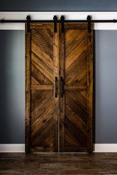 Solid Cypress Chevron-Scheunentore (auf Bestellung) – Diy Home Decor Wood The Doors, Wood Doors, Sliding Doors, Entry Doors, Front Doors, Wood Barn Door, Tongue And Groove Panelling, Cypress Wood, Barn Door Hardware