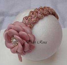 Arco todo revestido com manta de strass, flor de cetim com organza Rosê.
