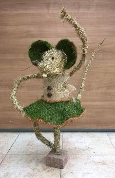 Workshops voorjaar 2016 Ikebana Flower Arrangement, Floral Arrangements, Mouse Illustration, Christmas Window Display, Pallet Painting, Flower Tutorial, Diy Projects To Try, Flower Wall, Grapevine Wreath