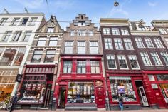 Utrechtsestraat | Centrum | Amsterdam (stad)  Woonruimte te huur in Centrum Amsterdam. Vanaf 04-10-2017 komt er een Appartement beschikbaar! Het heeft een oppervlakte van 134m2 4 kamer(s) en 3 slaapkamer(s). Het zal Gestoffeerd opgeleverd worden. De huurprijs is 2.500- per maand (exclusief). De borgsom bedraagt 5.000-. Matchen jouw woonwensen met deze woonruimte?  EUR 2500.00  Meer informatie