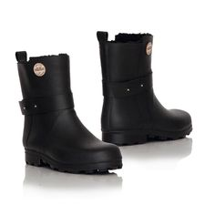 An ankle-high rubber boot with warm pile lining for both men and women. The model comes with a spacious shoe width and an outsole wi. Ankle Highs, Black Boots, Rubber Rain Boots, What To Wear, Footwear, The Originals, Biker, Model, Shoes