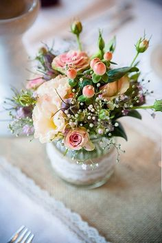 Tischdeko apricot und Jute von Elegante Herbsthochzeit von Juliane Vatter | Hochzeitsblog - The Little Wedding Corner