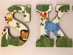 Letras de pared con temática Animal pintado personalizado Wood Letters Decorated, Painted Wood Letters, Painted Initials, Wooden Letters, Animal Letters, Baby Letters, Nursery Letters, Hanging Letters On Wall, Letter Wall Decor