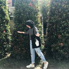 Discover recipes, home ideas, style inspiration and other ideas to try. Hijab Casual, Ootd Hijab, Hijab Simple, Modest Fashion Hijab, Modern Hijab Fashion, Street Hijab Fashion, Ootd Fashion, Casual Jeans, Hijab Mode Inspiration