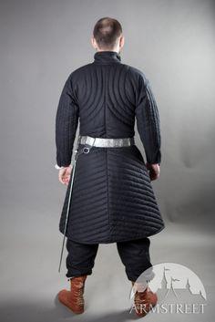Dieses Gambeson wurde als mittelalterlicher Kampf-Untermantel für Rüstungen entworfen. Alle Details dieses perfekten Kampfs und am Vollkontakt kampforientierten Stücks wurden unter dem Gesichtspunkt der praktischen Anforderungen von Schwertkämpfern entworfen.