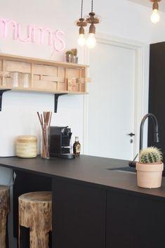"Nyt AUBO køkken hos TV 2 Nybyggernes hold rød ""Bolette & Jimmi"". #Nybyggerne Awesome, Table, House, Furniture, Ideas, Home Decor, Decoration Home, Home, Room Decor"