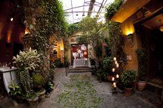 Mini wedding - religious ceremony was celebrated in the inner patio of the charming Italian restaurant Vicolo Nostro in São Paulo by Vida em Festa