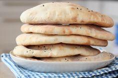 Nanbrød med nigellafrø - TRINEs MATblogg Chapati, Omelette, Naan, Scones, Indian Food Recipes, Cravings, Berries, Sandwiches, Food And Drink