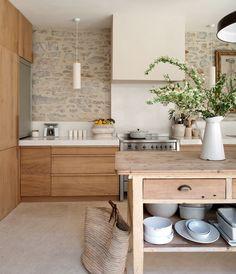 Rock splashback, cottage tones, wood and stone