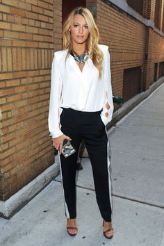 Blake Lively: looks street style modelo bicolor Looks Street Style, Looks Style, Style Me, Style Blog, Jogger Outfit, Look Formal, Outfit Trends, Mode Outfits, Fashion Outfits