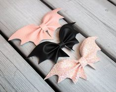 Shop for handmade, vintage, custom, and unique gifts for everyone Mini BATTY BOW SET Halloween pink glitter and pink and black faux leather bat hair bows Murcielago Making Hair Bows, Diy Hair Bows, Diy Bow, Bow Hair Clips, Theme Halloween, Halloween Bows, Halloween Halloween, Felt Bows, Ribbon Bows