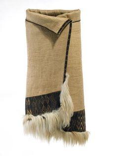 Kaitaka aronui/pātea (fine cloak with deep lower tāniko border and horizontal aho weft rows) Polynesian People, Flax Weaving, Maori People, Triangular Pattern, Maori Designs, Hair Trim, Maori Art, Indigenous Art, Weaving Techniques