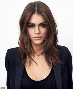 As we head into autumn, we& super tempted to reach for the bottle and dye our hair a rich, chocolate brown. Kaia Gerber, who is rocking a deep brown hue as the new Global Makeup Ambassador for YSL Beauté. Chocolate Brown Hair Color, Brown Hair Colors, Chocolate Brunette Hair, Pelo Chocolate, Rich Hair Color, Chocolate Highlights, Chocolate Espresso, Cake Chocolate, Purple Hair