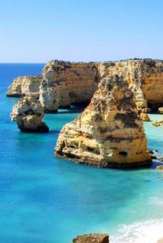 L'#Algarve, c'est avant tout le point de #départ de ces marins qui ont marqué l'#histoire maritime du #Portugal. Le #littoral vit donc en harmonie avec l'océan Atlantique, offrant aux visiteurs #falaises vertigineuses, #plages dorées, îles sablonneuses, mais aussi des festins de #produits de la #mer. Destinations, Algarve, Lonely Planet, Point, Portugal, Europe, Water, Outdoor, Seafood