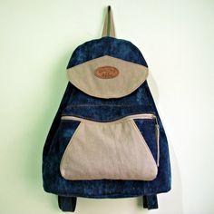 Mochila feita em jeans,com lavagem super descolada,moderna e exclusiva,com detalhes de lona,alça regulável,e um bolso frontal com zíper. <br>***Cabe notebook,cadernos,livros,etc.