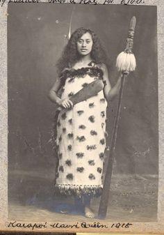 Ethnographic Arms & Armour - Period Photos of People with Ethnographic Arms Maori Queen with Taiaha and Patu Vintage Photographs, Vintage Photos, Samoan Tribal, Filipino Tribal, Hawaiian Tribal, Hawaiian Tattoo, Polynesian People, Maori Patterns, Maori People