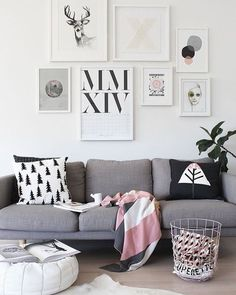 Quadros com artes minimalistas almofadas com estampas diferentes e móveis modernos ajudam a criar uma sala de estar jovem e com muita personalidade. #livinroom #sala #walldecor #qadros #pillow #almofadas #decoration #instadecor #instahome #casa #home #interiordesign #homedesign #homedecor #homesweethome #inspiration #inspiração #inspiring #decorating #decorar #decoracaodeinteriores #Mobly #MoblyBr