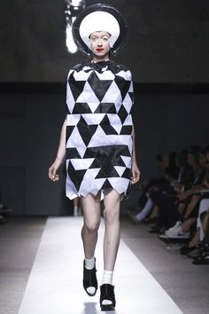 Junya Watanabe Ready To Wear Spring Summer 2015 Paris Live Fashion, Fashion Show, Fashion 2015, Woman Fashion, Crazy Dresses, Geometric Fashion, Junya Watanabe, Spring Summer 2015, Fashion Prints