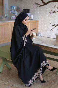 Black abaya hijab fashion look muslima Modern Hijab Fashion, Hijab Fashion Inspiration, Abaya Fashion, Mode Inspiration, Look Fashion, Fashion Outfits, Stylish Outfits, Iranian Women Fashion, Islamic Fashion