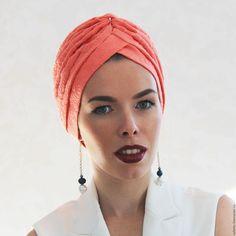 Купить или заказать Тюрбан-чалма 'Жаккард' в интернет-магазине на Ярмарке Мастеров. Модель 'Жаккард' еще одна вариация классического тюрбана. Он смотрится достаточно обьемно на голове, благодаря складкам и достаточной упругости ткани, которая не обтягивает голову, а красиво её обрамляет. Тюрбан 'Жаккард' на подкладе. Сегодня тюрбаны носят не только с пальто, вечерними платьями и женственными костюмами, но с и леггинсами, кожаными штанами, широкими юбкой-б…