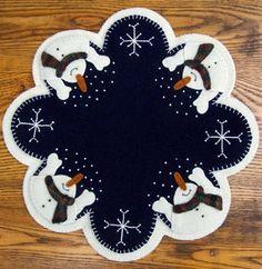 Que nieve por Cathy Wagner. Este es un patrón de papel que es de tamaño completo de cortar su lana o fieltro. Tiene las instrucciones para hacerlo y una lista de lo que necesitas en la parte trasera del patrón. También tiene una imagen en color en el frente para ayudarle a