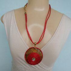 Colar medalhão de coco trabalhado com couro palha e strass, cordão de couro e fecgo em metal dourado, banhado a ouro.