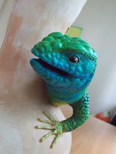 Green lizard found an old clay vase :)