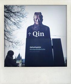 Wegweiser zur Ausstellung «Qin – Der unsterbliche Kaiser und seine Terrakottakrieger». © Bernisches Historisches Museum, Bern.