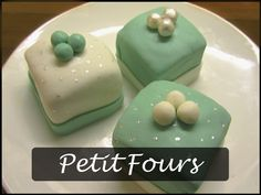 Petit fours covered in marsefond :)