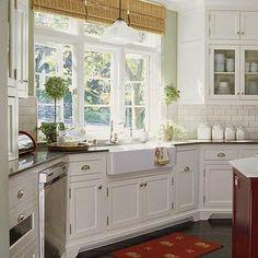7 gran cocina blanca fregadero bajo ventana