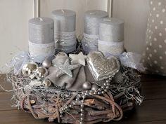 **Aufwendig gestalteter Adventskranz komplett in grau und silber gehalten ** Der grau gekälkte Rebenkranz wurde mit einem weiteren silbrigen Kranz, silberfarbenen, durchgefärbten Kerzen, welche...