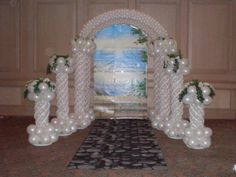 wedding ceiling with balloon columns   Balloon columns are a great addition to any trade show or business ...