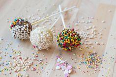 Están de moda, son muy divertidos y prácticos: los cake pops se convirtieron en los protagonistas de la mesa de dulces. Hoy te enseñamos a hacer unos ricos cake pops, una receta fácil y exitosa.