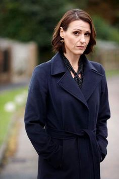 Suranne Jones wearing Alex Monroe Dragonfly Hook Earrings in BBC's 'Doctor Foster'. Doctor Foster Season 2, Dr Foster, O Film, Take Her Clothes Off, Suranne Jones, Alex Monroe, Tv Presenters, Old Actress, Celebs