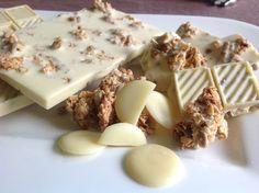 Selbstgemachte weiße LowCarb-Schokolade mit Kakaobutter, Mandelmus, Mascarponepulver, Vanille und Müslicrunch