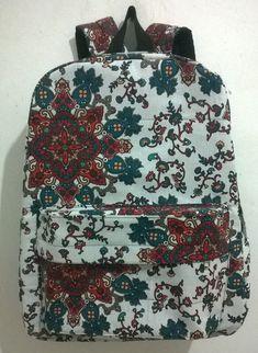 e0725d2fe mochila em algodão, forrada com material impermeavel. alças regulaveis,  cabe livros e cadernos