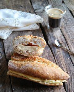 Buenos días!Empezamos el día con proteínas a tope. SUPERBOCATA de tortilla francesa con huevos ecológicos Of course!  y pan calentito. Y el café que no falte que sino no se me abren las persianas  #felizjueves