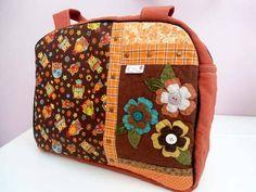 Bolsa em tecido com aplicações de metal, tecido e botões.
