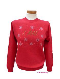 Das warme Sweatshirt ist innen angeraut und vorn mit einem großen Weihnachts- Motiv mit Swarovski- Elements bedruckt. Im Halsausschnitt ist ein Nackenband in Fischgrätoptik eingenäht.  Das Shirt...