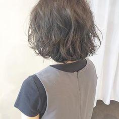 僕の十八番、(緑にならない)ピンクonアッシュベージュ✨✨ いつもアッシュで緑になってしまうとお悩みの方、ぜひ1度お任せ下さい!絶対に緑にならず、かつ、品格ある透明感を持ち合わせたアッシュ系カラーを致します #hairstyle#haircolor#ブラウン#シアーカラー#外国人風 #外国人風ヘア#グレージュ#ベージュ#アッシュ#サロモ#大分美容室#インナーカラー#大分#oita#ブリーチ#透明感#透明感カラー#ブリーチなし#プロダクト#モイ#エヌドット#センターパート#前下がりボブ #インナーカラー#ボブ#外国人風カラー#ヘアスタイル#サロンモデル#ボブ Cute Hairstyles, Short Hair Styles, Tees, Beauty, Fashion, Hair Makeup, Bob Styles, Moda, T Shirts