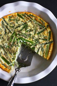 Celebrate the arrival of spring and asparagus season with this easy crustless quiche recipe. Full of flavor and nutrients, but short on calories. Easy Crustless Quiche Recipe, Quiche Recipes, Egg Recipes, Brunch Recipes, Breakfast Recipes, Brunch Ideas, Breakfast Dishes, Falafels, Houmous