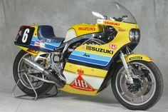 Historie řady Suzuki GSX-R: prvních 15 let Suzuki Motos, Suzuki Bikes, Suzuki Motorcycle, Motorcycle Racers, Racing Motorcycles, Vintage Motorcycles, Racing Team, Road Racing, Grand Prix