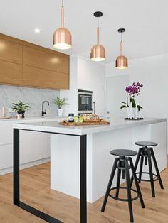 Para quem busca inspirações visuais de revestimentos para cozinha — veja nossa seleção com 90 ideias de materiais para parede, bancada, piso, pia e mais.