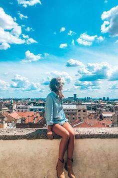 Zagreb is de hoofdstad van Kroatië. De stad is leuk om te bezoeken in de zomer en in de winter! Louvre, Building, Travel, Winter, Winter Time, Viajes, Buildings, Destinations, Traveling