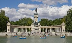 Parque do retiro. «Monumento a Alfonso XII de España en los Jardines del Retiro - 04» de Carlos Delgado. Disponible bajo la licencia CC BY-SA 3.0 vía Wikimedia Commons - http://commons.wikimedia.org/wiki/File:Monumento_a_Alfonso_XII_de_Espa%C3%B1a_en_los_Jardines_del_Retiro_-_04.jpg#mediaviewer/File:Monumento_a_Alfonso_XII_de_Espa%C3%B1a_en_los_Jardines_del_Retiro_-_04.jpg