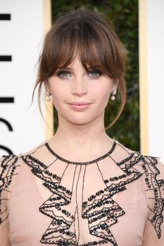 """""""Rogue One"""" actress Felicity Jones mesmerized with smoky eyes and a chic nude lip at the 2017 Golden Globes."""