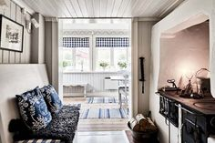 Yellow house on the beach: style, atmosphere and Christmas home